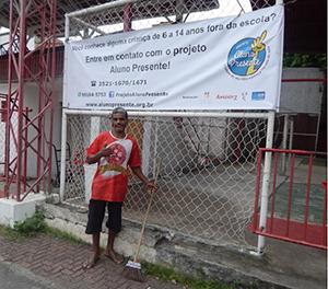 Faixa do projeto Aluno Presente na Vila Olímpica do Salgueiro, onde Clemente trabalha há 10 anos.