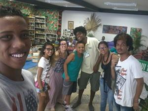 Jovens do grêmio da E.M. Silvio Romero participam do lançamento do DVD na Casa do Jongo, em Madureira
